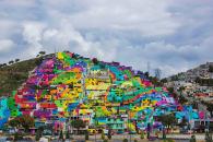 为了改善这个小镇,他们把整个镇变成了彩虹